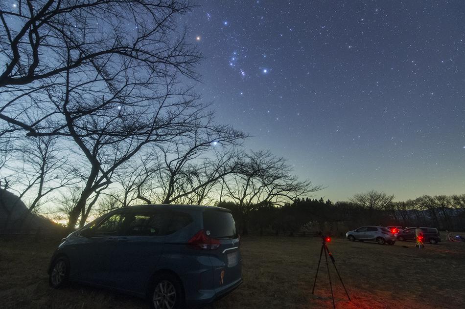 妙義山と昇る冬の星々