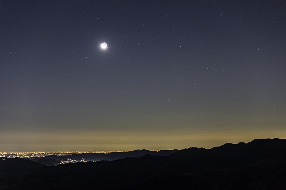 月と昇るさそり座の頭
