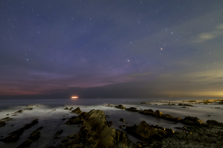たちなかの岩礁群と夜明けに昇るさそり座