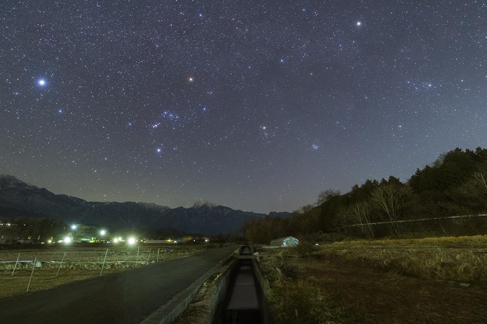 里山と沈む冬の星座