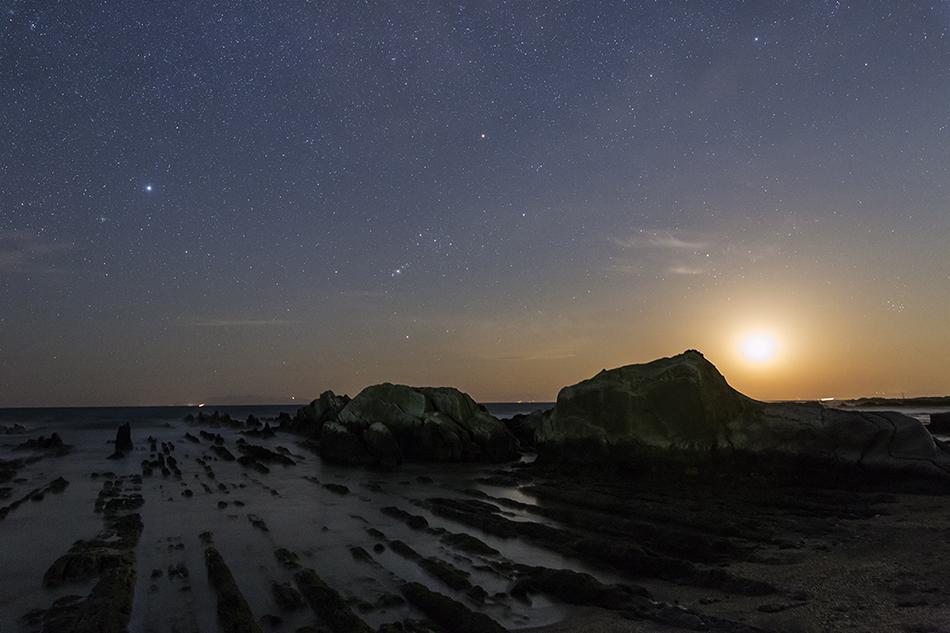 海に沈む月とオリオン座