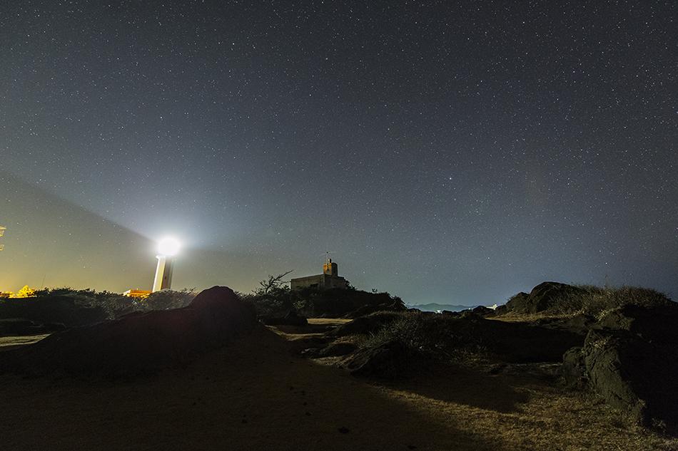 野島崎灯台と昇る夏の星々