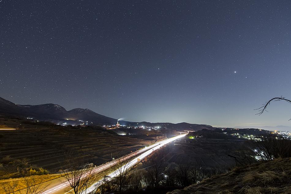関越自動車道と昇る春の星々