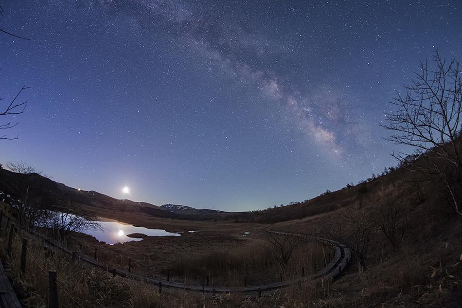 八島ヶ原湿原に昇る月と金星