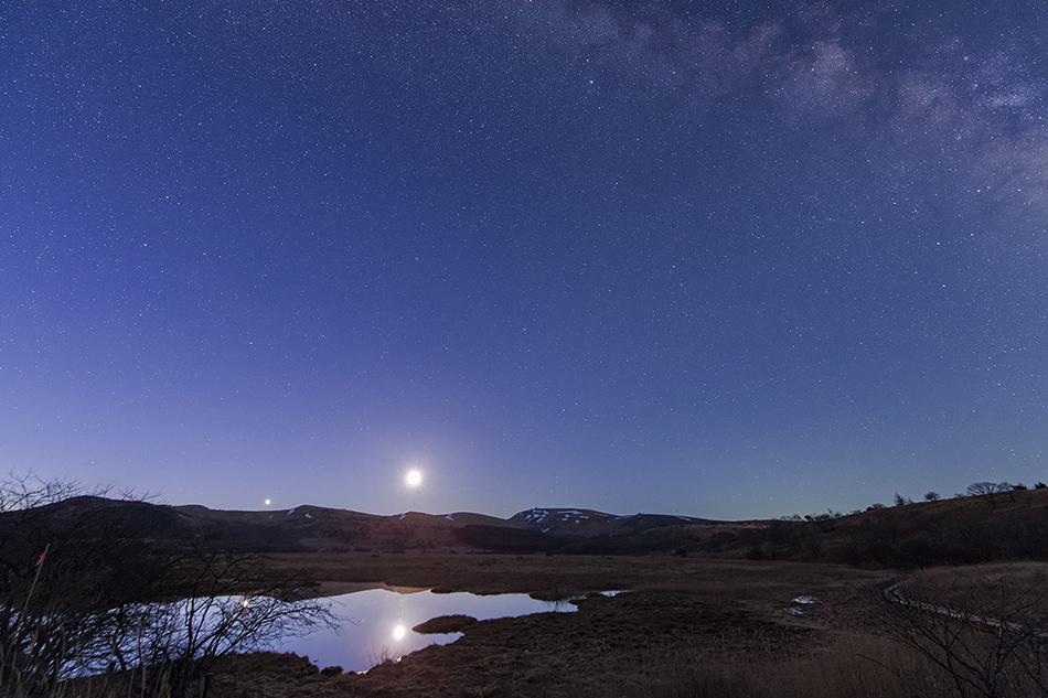 夜明けの八島ヶ原湿原に昇る月と金星
