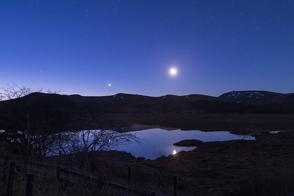 夜明けの八島ヶ池と月・金星