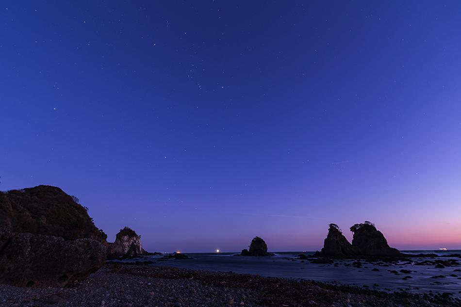 夕暮れの逢ヶ浜海岸に昇る冬の大三角