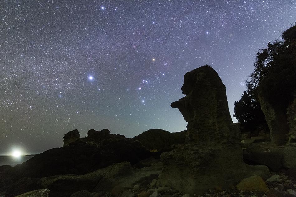 爪木崎の奇岩と沈むオリオン座