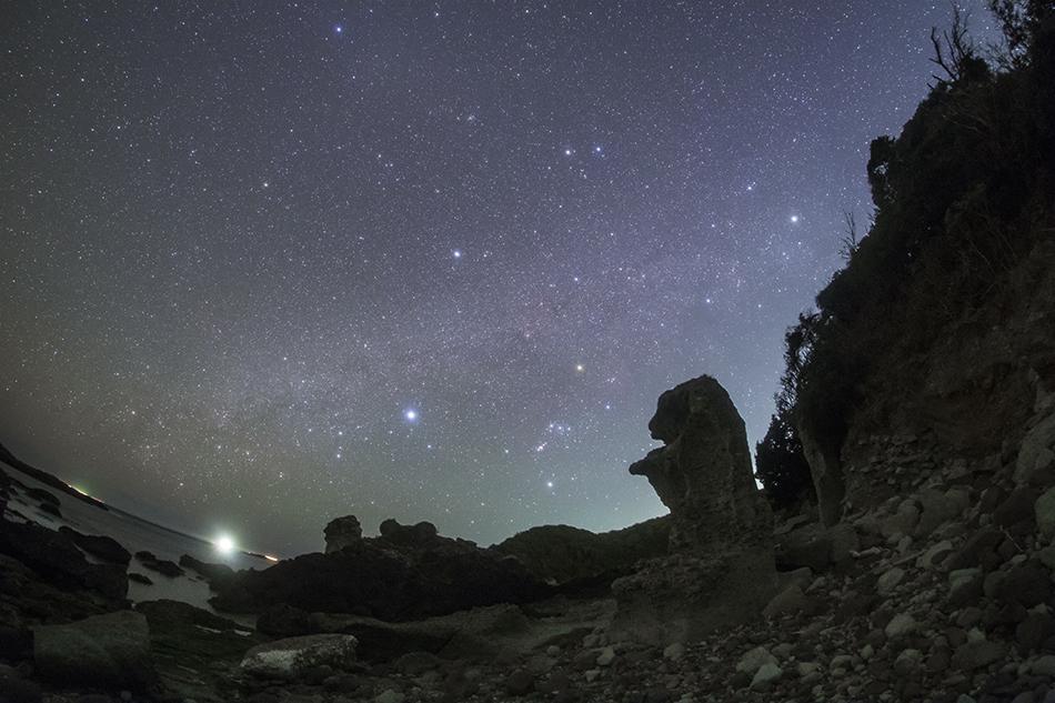 爪木崎の奇岩と沈む冬の星座