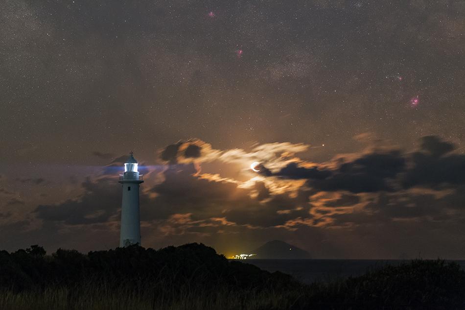 爪木崎灯台と月