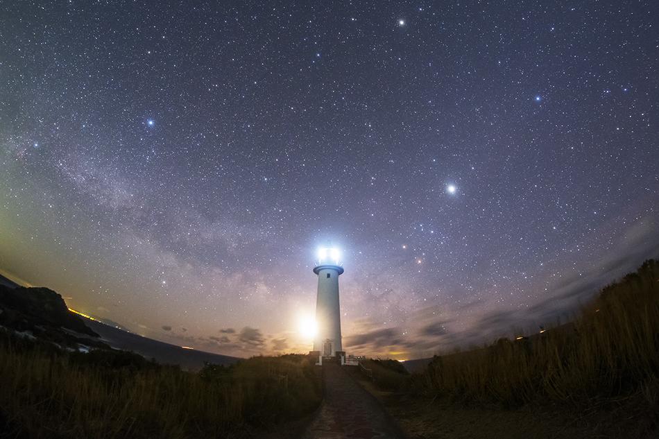 爪木崎灯台と昇る天の川