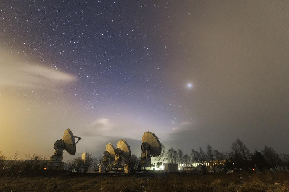野辺山天文台と雲間の星たち
