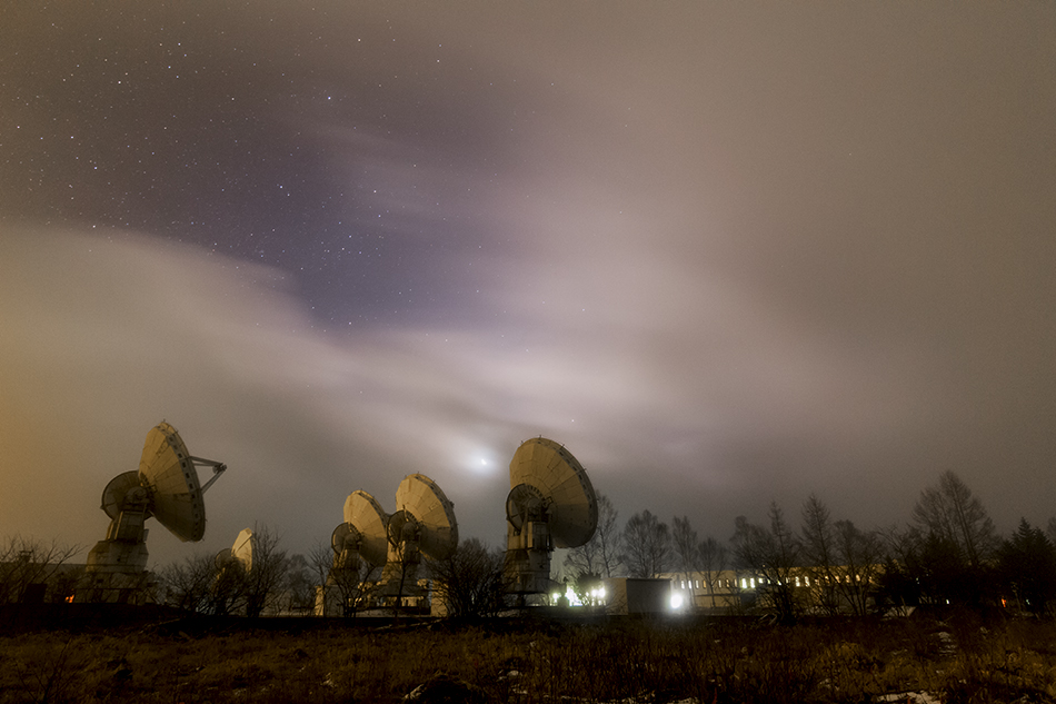 野辺山天文台と雲間の月