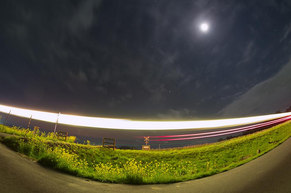いすみ鉄道第二五之町踏切と電車の光跡