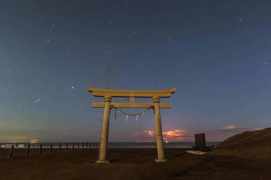 東浪見海岸の鳥居と星空