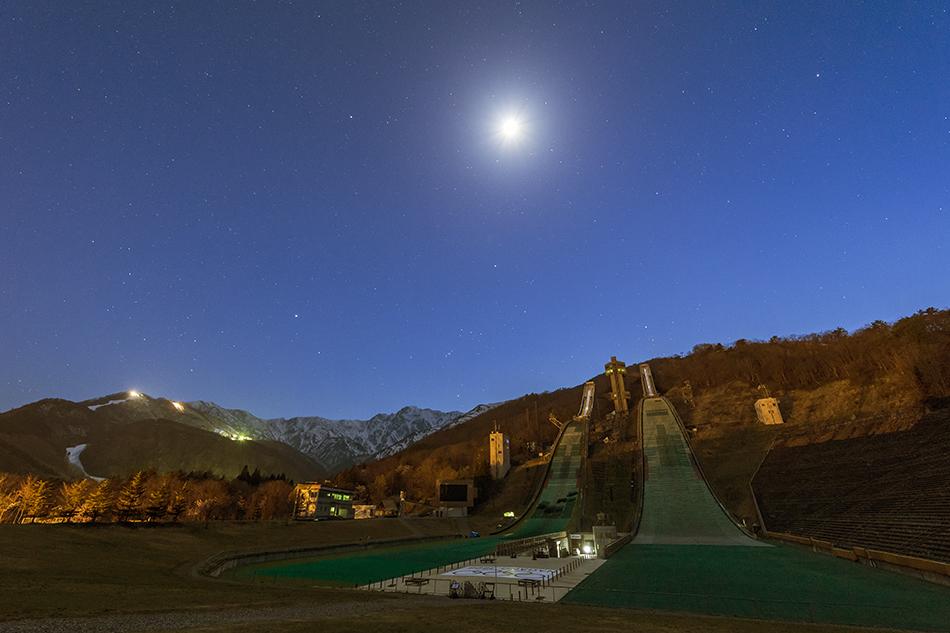 月下の白馬ジャンプ競技場