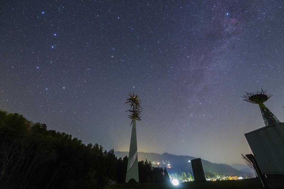 長野オリンピックのモニュメントと北天の星たち