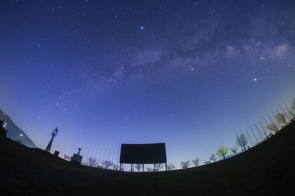 白馬ジャンプ競技場から見上げた夜明けの星空