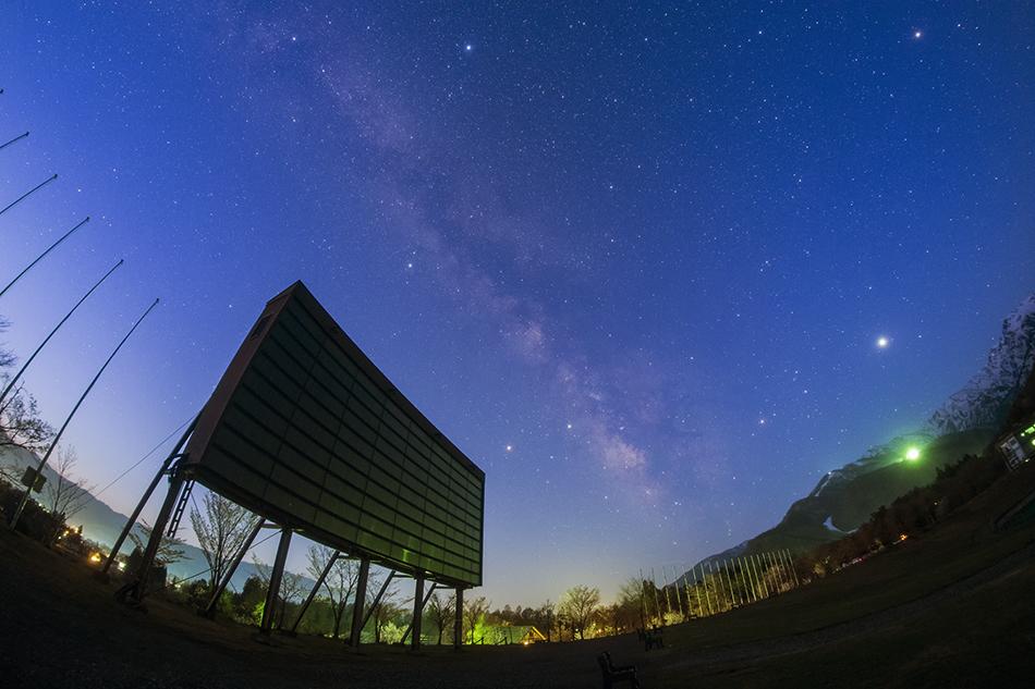 白馬ジャンプ競技場の巨大パネルと夜明けの銀河