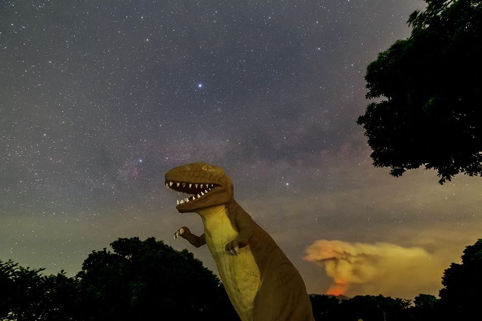 アロサウルスと噴火する桜島