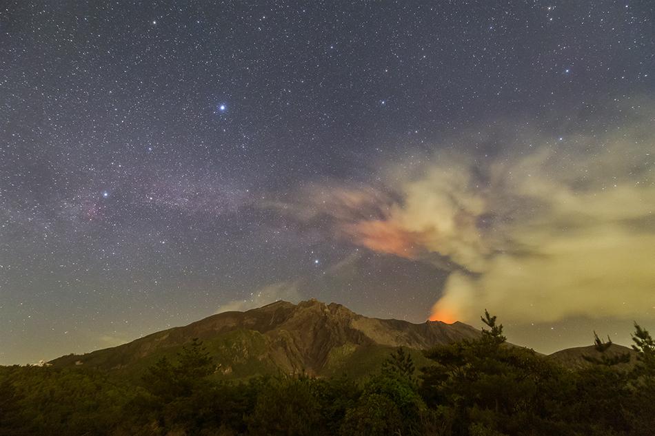 の平展望所からの桜島と夏の大三角