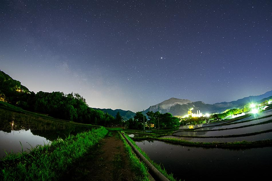 秩父・寺坂棚田から見る武甲山とさそり座