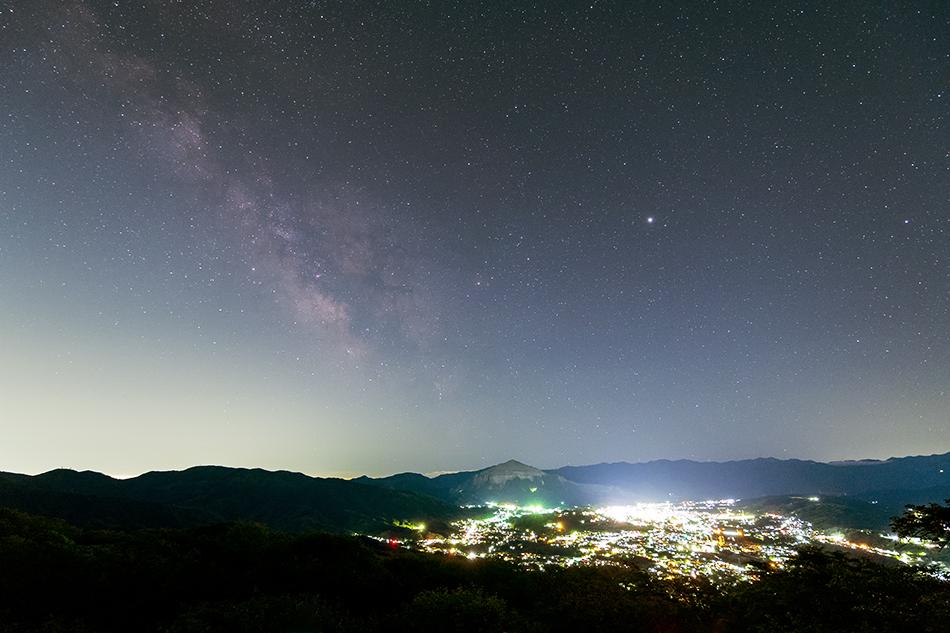 美の山公園展望台からの夜景と天の川
