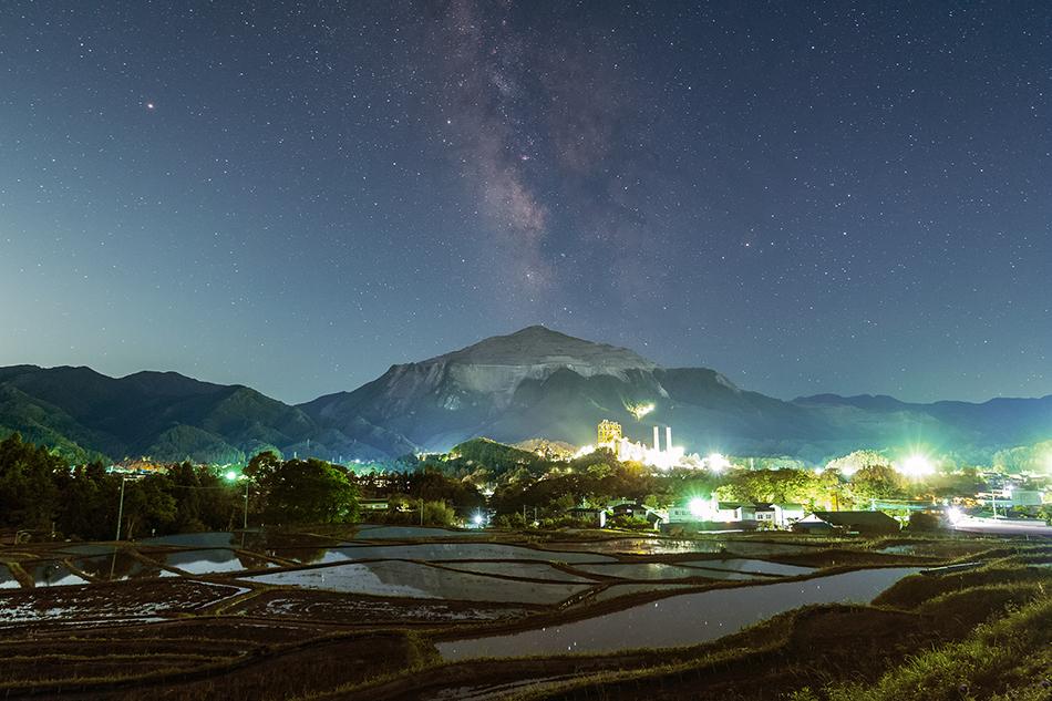 秩父寺坂棚田と武甲山から立ち上がる天の川
