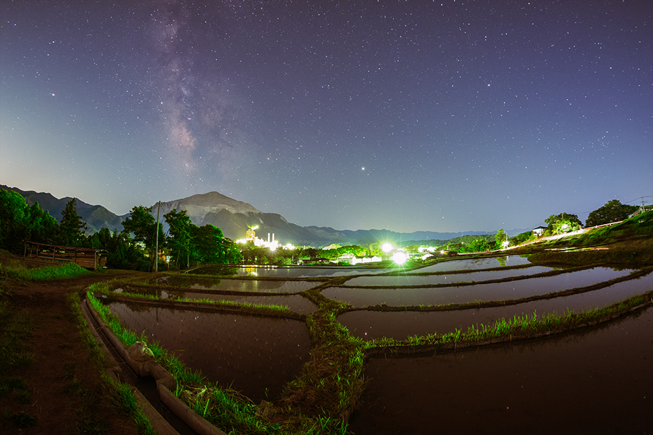 寺坂棚田からの武甲山といて座の天の川