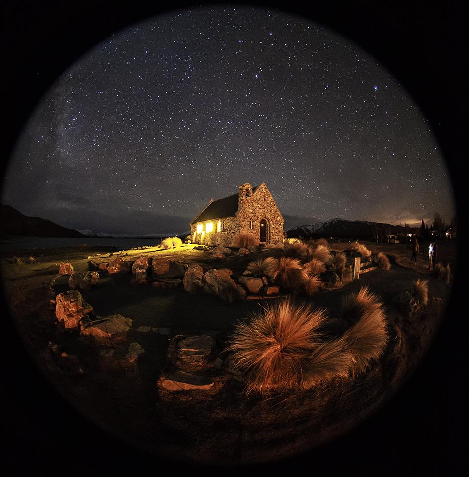 魚眼レンズによる善き羊飼いの教会と星空