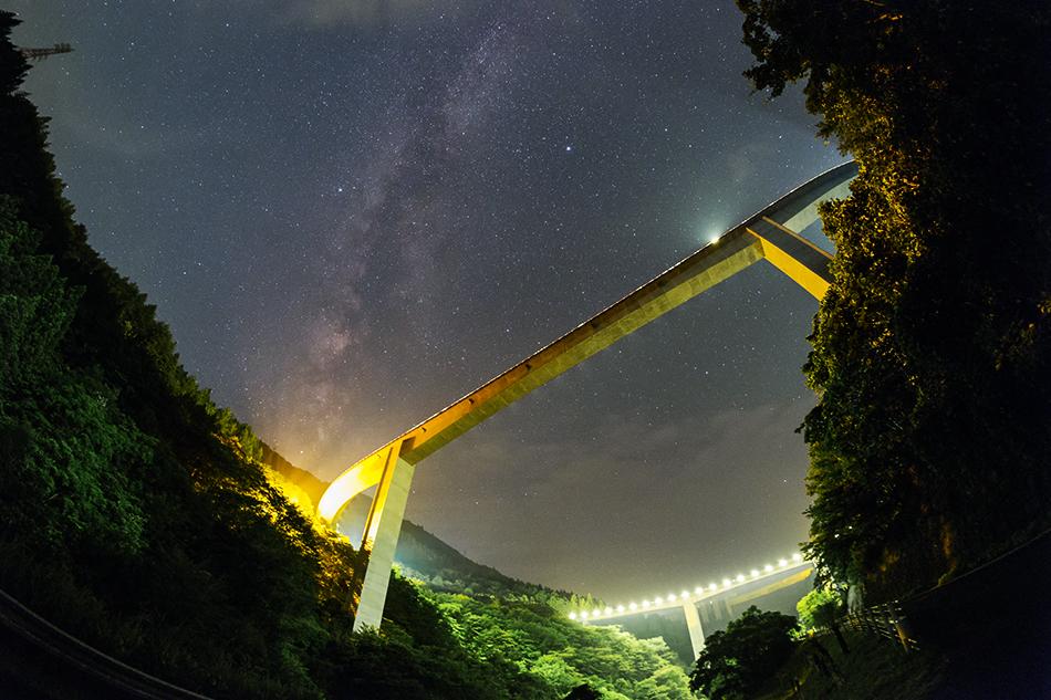 魚眼レンズによる雷電廿六木橋と天の川