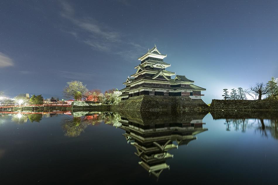松本城と北天の星空