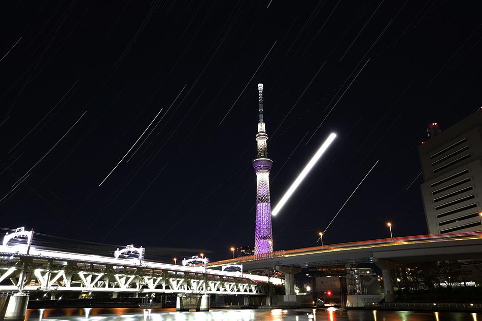 東京スカイツリーと昇る月・星たち