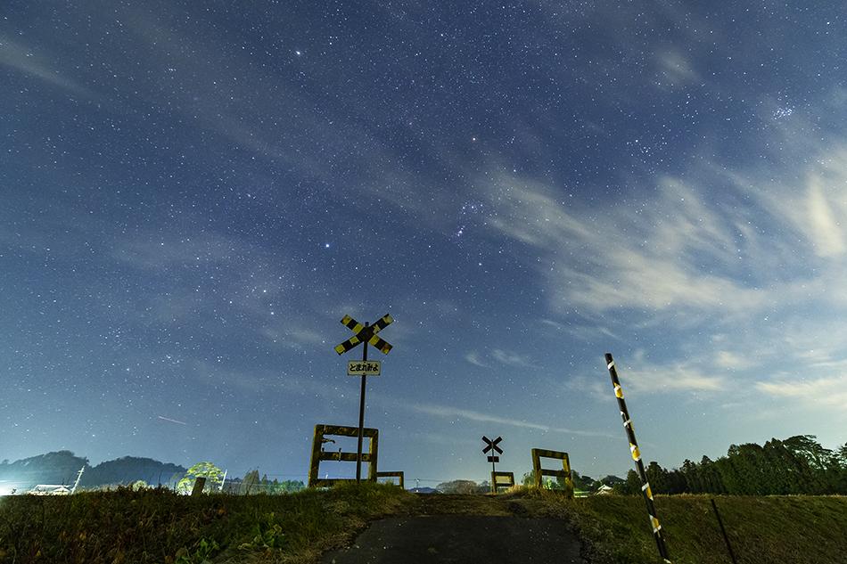 いすみ鉄道第二五之町踏切と冬の星座