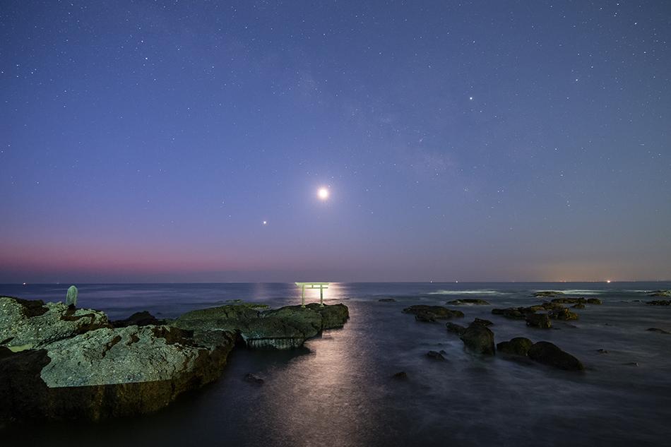 神磯の鳥居と夜明けの星空