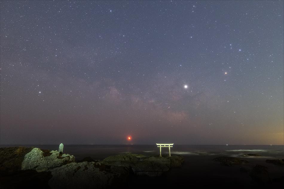 神磯の鳥居と昇る月