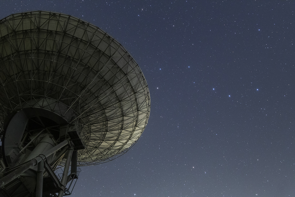 さくら宇宙公園のパラボラアンテナと北斗七星