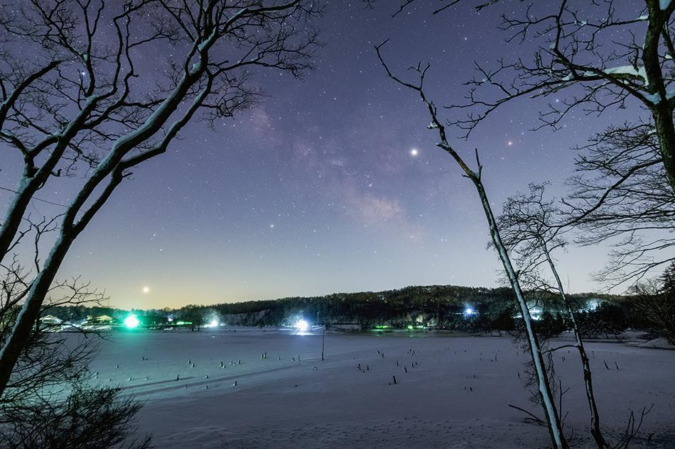 霊仙寺湖と夜明けの天の川