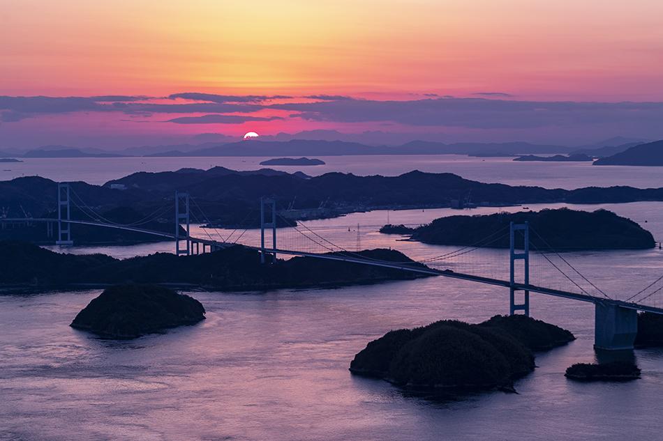 来島海峡大橋と沈む夕日