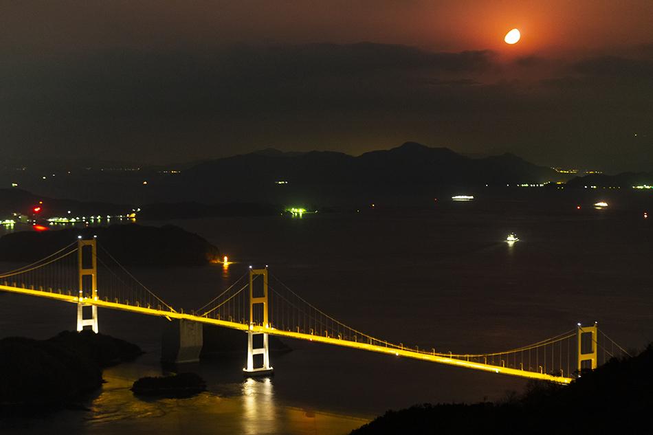 来島海峡大橋と沈む月