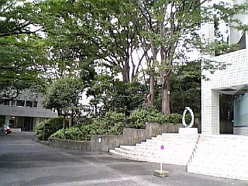 白いビルの間に見える「円墳」