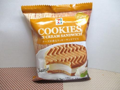 セブンプレミアム チーズが香るクッキーサンドアイス