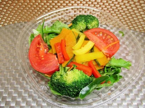 1日分の緑黄色野菜が摂れるサラダ ローゼンで購入。