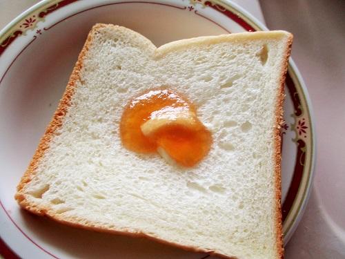 りんごジャムとマーガリンを食パンに。