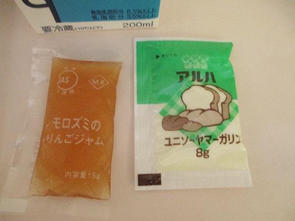 2019年8月6日(火)【朝食】黒食パン 野菜ソテー コンソメスープ オレンジ 牛乳