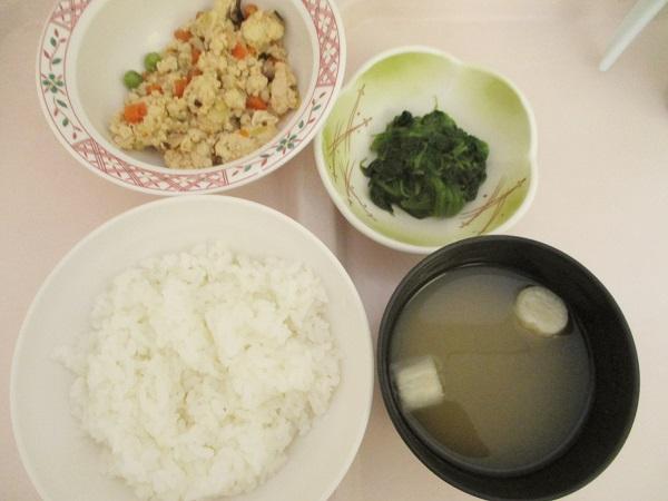 2019年8月11日(日)【朝食】炒り豆腐 ほうれん草のおひたし 味噌汁 牛乳