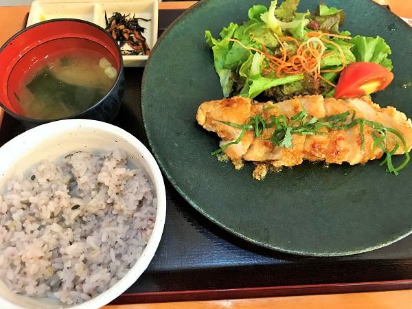 オメガバランス国産あまに鶏むね肉の竜田揚げ御膳(1,069円)