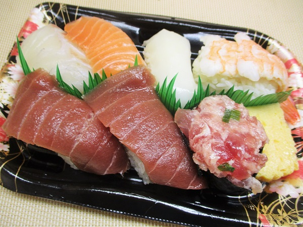 ロピア 魚萬握寿司 本鮪入り 華錦 745円(税込)
