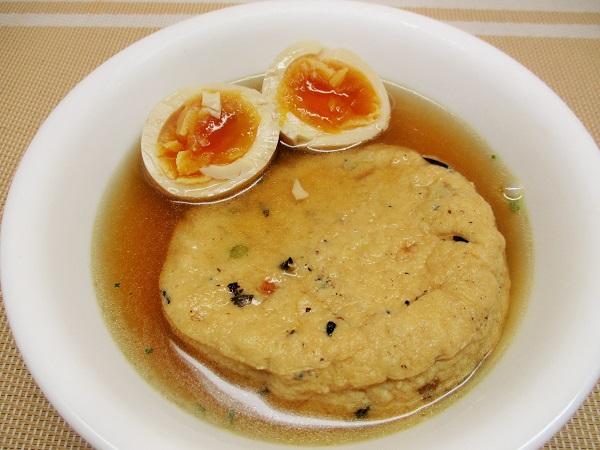 うどんスープでがんも、半熟たまごをやりました〜♪