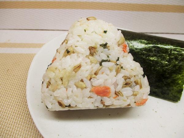 ファミマ おむすび スーパー大麦 紅鮭わかめ 128円(税込)